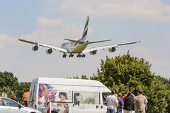 PRAGA - 1 2015 LIPIEC: Emiratu Aerobus A380 Superjumbo w PRAGA (LHR) Aerobus A380 jest światu wielkim pasażerskim samolotem Obrazy Stock