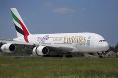 PRAGA - Lipiec 1, 2015: Emiraty Aerobus A380 przy Vaclav Havel Lotniskowy Praga na Lipu 1, 2015 Fotografia Stock