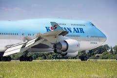 PRAGA, LIPIEC - 01: Koreańczyka samolotu lotniczy lądowanie na Lipu 1, 2015 w Praga, republika czech Boeing 747-400 Obrazy Royalty Free