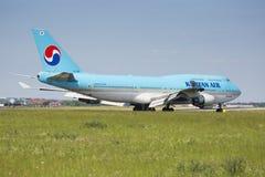 PRAGA, LIPIEC - 01: Koreańczyka samolotu lotniczy lądowanie na Lipu 1, 2015 w Praga, republika czech Boeing 747-400 jest obecnie  Obraz Stock
