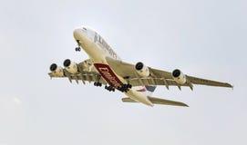 PRAGA - 1° LUGLIO 2015: Un Superjumbo di Airbus A380 degli emirati a PRAGA L'Airbus A380 è il più grande aereo di linea del passe Immagini Stock