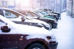 Praga miasta ulica pod śniegiem Samochodu jeżdżenie na miecielicy drodze Śnieżna klęska w mieście samochód zakrywający śnieg Zima Zdjęcie Royalty Free