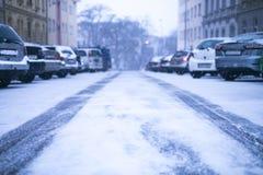 Praga miasta ulica pod śniegiem Samochodu jeżdżenie na miecielicy drodze Śnieżna klęska w mieście samochód zakrywający śnieg Zima Zdjęcie Stock