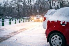 Praga miasta ulica pod śniegiem Samochodu jeżdżenie na miecielicy drodze Śnieżna klęska w mieście samochód zakrywający śnieg Zima Obraz Royalty Free