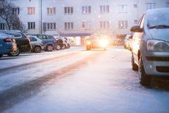 Praga miasta ulica pod śniegiem Samochodu jeżdżenie na miecielicy drodze Śnieżna klęska w mieście samochód zakrywający śnieg Zima Zdjęcia Royalty Free