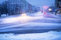 Praga miasta ulica pod śniegiem Samochodu jeżdżenie na miecielicy drodze Śnieżna klęska w mieście samochód zakrywający śnieg Zima Fotografia Stock