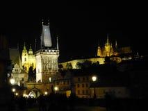 Praga na noite com Charles Bridge e o castelo fotos de stock