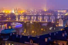 Praga no crepúsculo, vista das pontes em Vltava Fotos de Stock