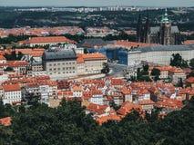Praga no verão com arquitetura histórica e uma opinião do prefeito na cidade Foto de Stock