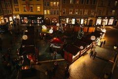 Praga, o 13 de dezembro de 2016: Decoração do Natal da noite Mercado do Natal da noite do quadrado de cidade Natal em Europa Foto de Stock
