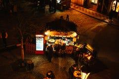 Praga, o 13 de dezembro de 2016: Decoração do Natal da noite Mercado do Natal da noite do quadrado de cidade Natal em Europa Fotografia de Stock