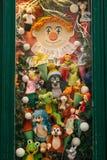 Praga, o 13 de dezembro de 2016: Janela da loja do Natal decorada com brinquedos macios - caráteres dos desenhos animados checos Imagens de Stock