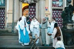 Praga, o 25 de dezembro de 2016: Natal em Praga Os atores jogam a cena do Natal de Jesus Christ que está ao lado de Praga fotografia de stock