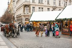 Praga, o 24 de dezembro de 2016: Praça da cidade velha em Praga no dia de Natal Mercado do Natal do quadrado principal da cidade Fotografia de Stock