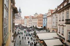 Praga, o 13 de dezembro de 2016: Praça da cidade velha em Praga no dia de Natal Mercado do Natal do quadrado principal da cidade Imagem de Stock
