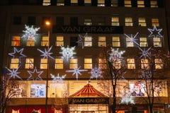 Praga, o 13 de dezembro de 2016: Sightseeing em Praga Iluminação bonita do Natal sob a forma dos flocos de neve e Imagem de Stock Royalty Free