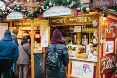 Praga, o 15 de dezembro de 2016: O turista olha os bens no mercado tradicional do Natal Comemorando o Natal dentro Foto de Stock