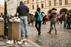 Praga, o 24 de dezembro de 2017: Um balde do lixo aglomerado no quadrado principal do ` s de Praga durante os feriados do Natal M Fotografia de Stock Royalty Free