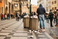 Praga, o 24 de dezembro de 2017: Um balde do lixo aglomerado no quadrado principal do ` s de Praga durante os feriados do Natal M fotos de stock royalty free