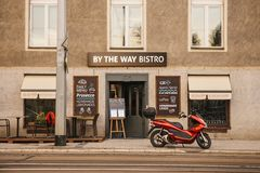 Praga, o 18 de setembro de 2017: Restaurantes autênticos na rua da cidade ao lado da estrada Uma motocicleta é estacionada próxim fotos de stock