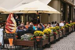 Praga, o 25 de setembro de 2017: Um restaurante popular com alimento checo local Os visitantes sentam-se em tabelas fora Imagens de Stock