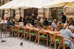 Praga, o 25 de setembro de 2017: Um restaurante popular com alimento checo local Os visitantes sentam-se em tabelas fora Fotos de Stock