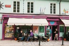 Praga, o 25 de setembro de 2017: Um restaurante popular com alimento checo local Os visitantes sentam-se em tabelas fora O garçom Imagem de Stock Royalty Free
