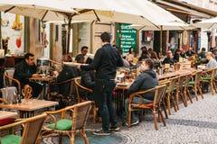 Praga, o 25 de setembro de 2017: Um restaurante popular com alimento checo local Os visitantes sentam-se em tabelas fora O garçom Imagens de Stock