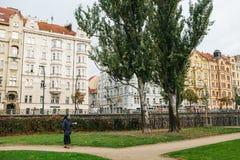 Praga, o 25 de setembro de 2017: Uma freira com a Bíblia Sagrada em sua mão está andando ao longo da estrada ao longo da rua cont imagens de stock royalty free