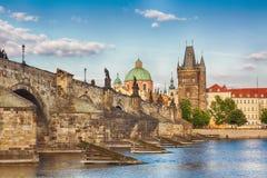 Praga, opinión famosa de la República Checa con el río histórico de Charles Bridge y de Moldava durante día de verano agradable fotografía de archivo libre de regalías