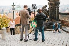 Praga, Październik 28, 2017: Drużyna operatorzy i dziennikarzi strzelamy raport obok Praga kasztelu obraz stock