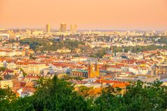 Praga pejzaż miejski Linia horyzontu z nowożytnym budynkiem Pankrac Pogodny letni dzień, Praha, republika czech obrazy stock