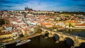 Praga pejzaż miejski, panoramy widok z lotu ptaka Praga kasztel i Charles Bridżowy Karluv Najwięcej, zdjęcie stock