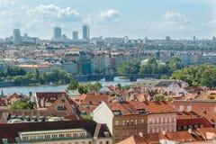 Praga pejzażu miejskiego widok z różnorodnymi budynkami, góruje i zabytki zdjęcia stock