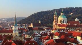 Praga poco panorama de la ciudad en la salida del sol Fotos de archivo libres de regalías