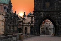 Praga, ponticello del Charles ad alba Fotografie Stock Libere da Diritti