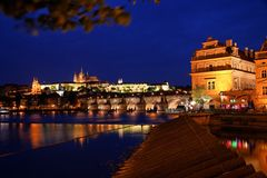 Praga, ponticello del Charles e castello di Praga Immagine Stock Libera da Diritti