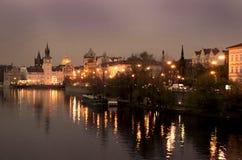 Praga por noche imagenes de archivo