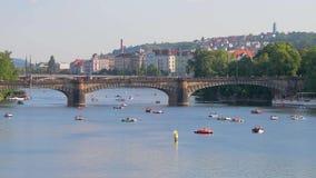 Praga, río Moldava, barcos de paleta metrajes