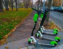 Praga, República Checa 1º de novembro de 2018 - os 'trotinette's elétricos para o aluguel estão em um parque em Praga fotografia de stock royalty free