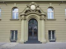 Praga, República Checa Adorne la puerta del hierro de un edificio de lujo Foto de archivo libre de regalías