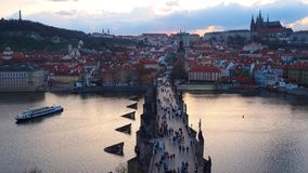 Praga, República Checa Ajardine al río de Charles Bridge y de Moldava en la puesta del sol de la torre vieja del puente de la ciu almacen de video