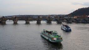Praga, República Checa Barcos en el río de Moldava durante puesta del sol cerca de Charles Bridge almacen de metraje de vídeo