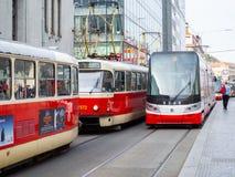 Praga, República Checa Bondes nas ruas do centro da cidade imagens de stock
