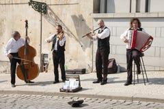 Praga, República Checa - 19 de abril de 2011: Cuarteto de los músicos que tocan los instrumentos musicales para los turistas en l fotos de archivo libres de regalías