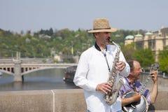 Praga, República Checa - 19 de abril de 2011: Cuarteto de los músicos que tocan los instrumentos musicales para los turistas en l fotografía de archivo libre de regalías