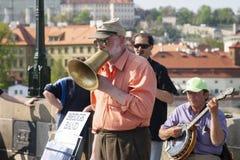 Praga, República Checa - 19 de abril de 2011: Cuarteto de los músicos que tocan los instrumentos musicales para los turistas en l fotografía de archivo