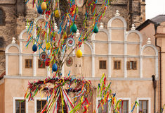 PRAGA, REPÚBLICA CHECA - 15 DE ABRIL DE 2017: Decoração da Páscoa na praça da cidade velha Foto de Stock