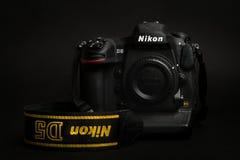 PRAGA, REPÚBLICA CHECA - 25 DE ABRIL DE 2016: Modelo superior profissional novo, o DSLR Nikon D5, na fotografia escura Fotografia de Stock