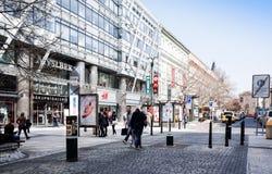 PRAGA, REPÚBLICA CHECA - 9 de abril de 2015: Rua dos turistas a pé Imagem de Stock Royalty Free
